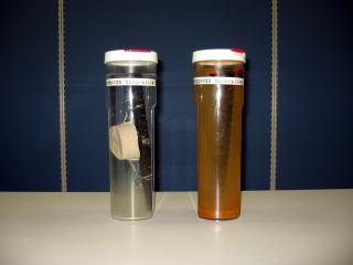 3%の食塩水に鉄筋を2年間浸漬した状況(右端茶褐色のビンは底部に2cm鉄錆が沈殿)